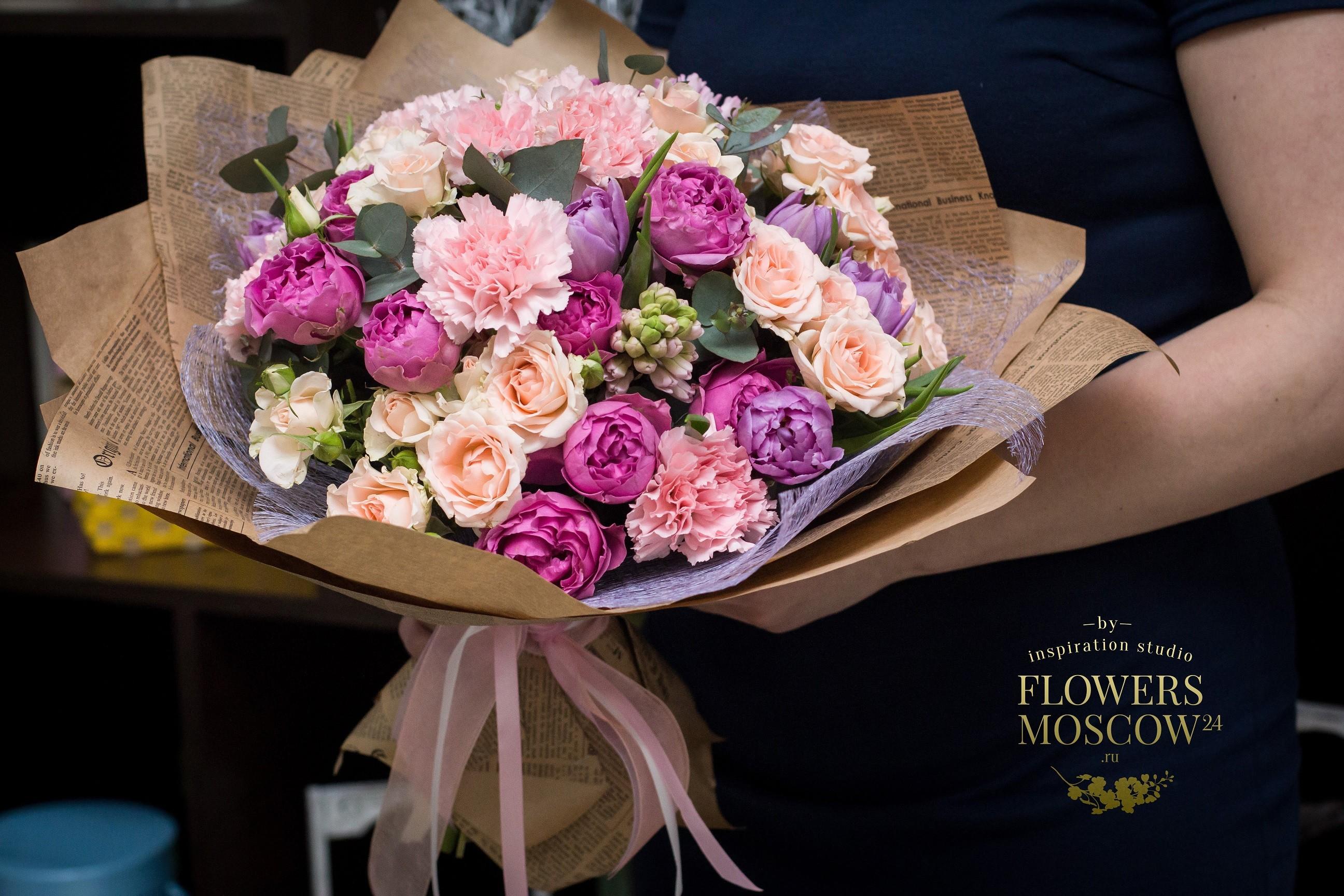 Букет с пионовидными розами, тюльпанами, гиацинтами и эвкалиптом №15